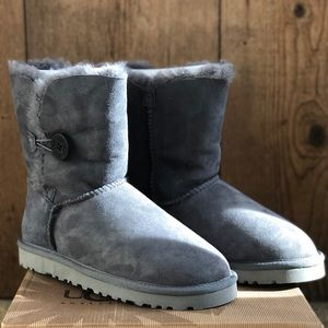 UGGS bailey button II boots size 8